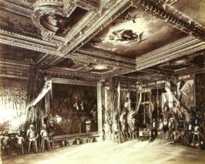 Pałac w Podhorcach. Sala Stołowa (Zbrojownia). Fot. Edward Trzemeski (1880).