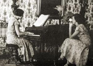 Siostry Wanda i Zofia Lewickie we dworze w Ławkach (powiat łukowski).