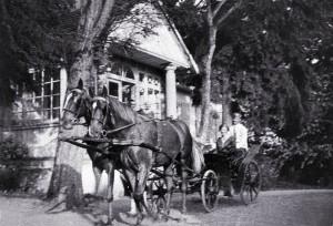 """""""Goście jadą"""". Przed dworem w Lipnikach na Podlasiu (zdjęcie z archiwum rodzinnego Elżbiety i Adama Jakackich)."""