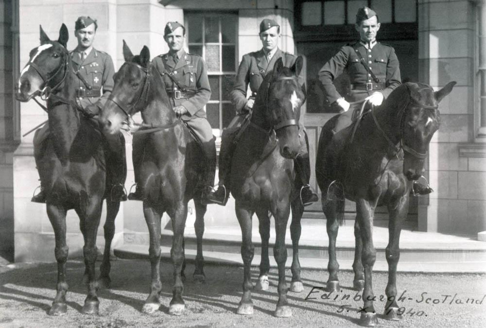 Jeźdźcy polscy w Edynburgu — Szkocja 1940 rok. Od lewej: rotm. M. Gutowski, rotm. B. Skulicz, por. St. Wołoszowski, por. Jaroszewicz.
