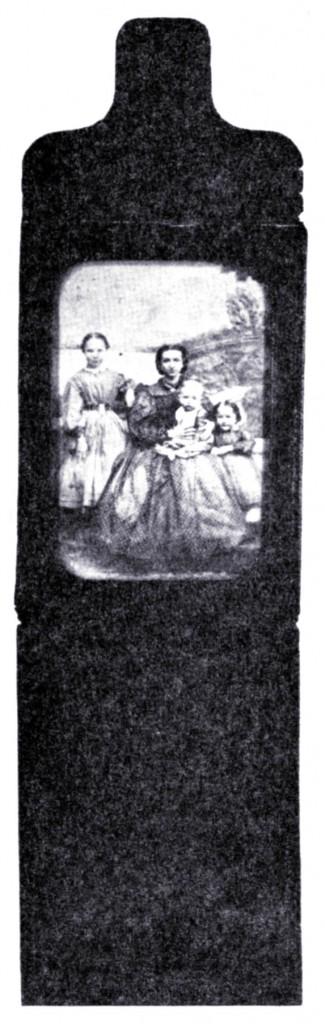 Etui-portfel z fotografią rodziny z końca 1862 roku.