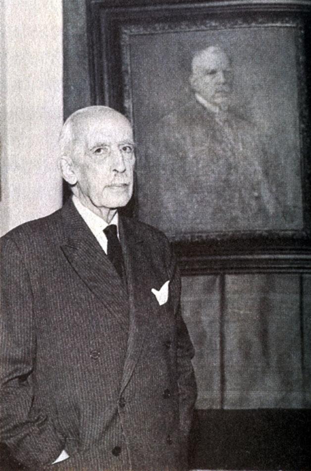 Janusz Radziwiłł (1880–1967), lata 60., na tle portretu ojca — Ferdynanda Radziwiłła (1834–1926).