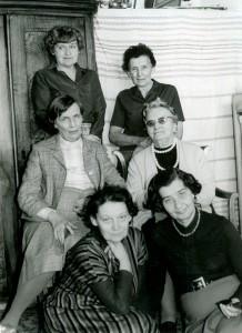 Zofia Schuch-Nikiel i przyjaciółki z Powstania Warszawskiego, lata 70. W prawym rzędzie, w środku Maria Jasiukiewicz, wdowa po Stanisławie Jasiukiewiczu.