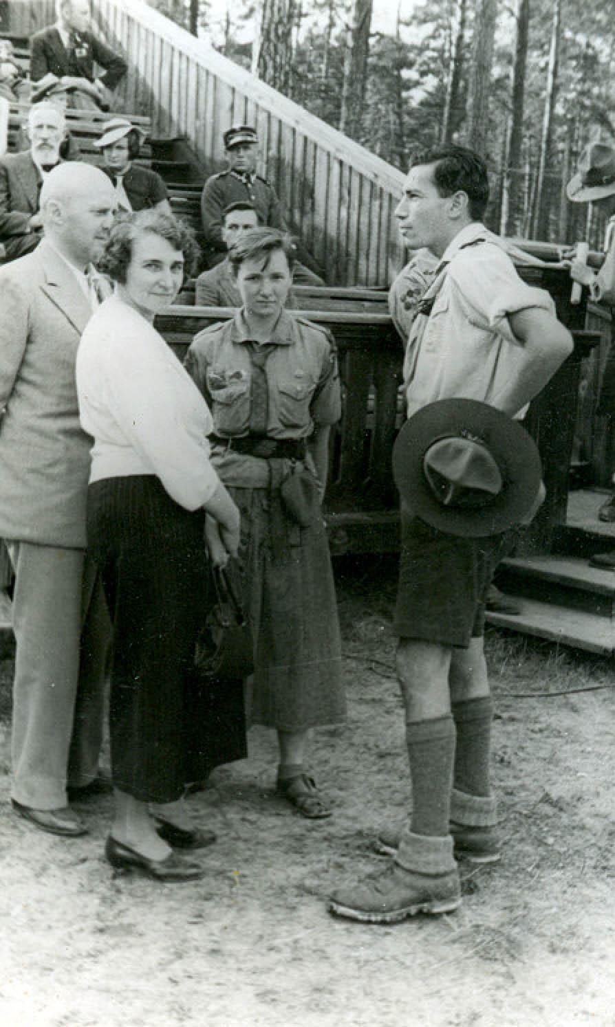 Zofia Schuch w Spale z matką i wujem (1936). Na pierwszym planie skaut z Austrii.
