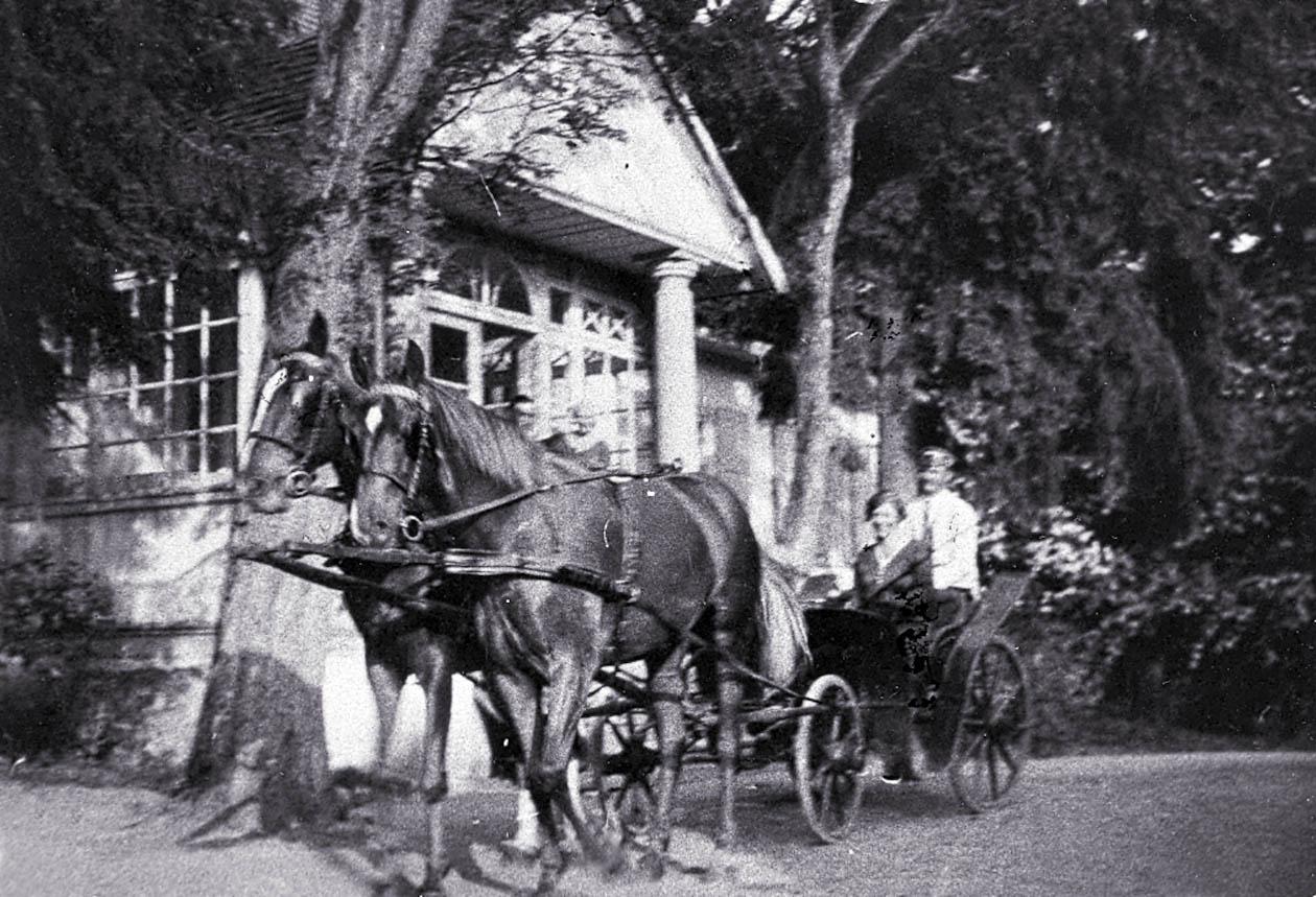 """""""Goście jadą!"""" - przed dworem w Lipnikach na Podlasiu (Z archiwum Elżbiety i Adama Jakackich)"""
