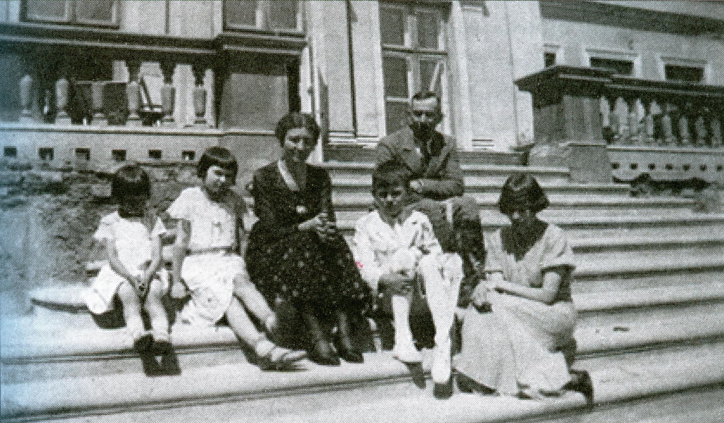 Ksawery Karśnicki z żoną, teściową i dziećmi na schodach pałacu w Karszewie