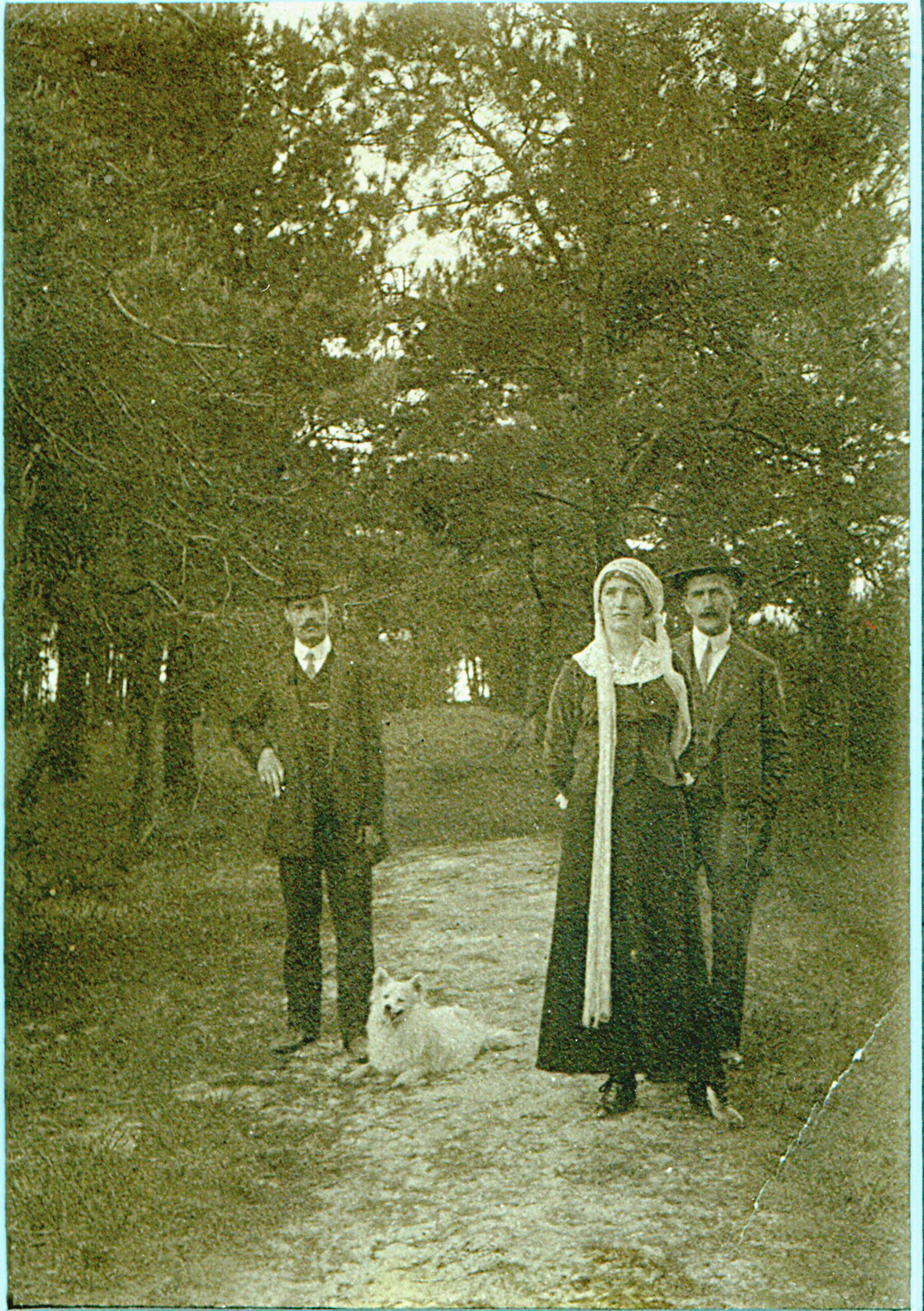 Stefania na spacerze ze szwagrem i jego przyjacielem, Podkowa Leśna