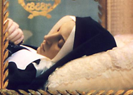 Ciało Bernardetty Soubirous spoczywajace w relikwiarzu w kaplicy klasztoru w Nevers
