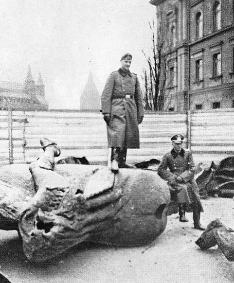 Listopad 1939 roku w Krakowie - Niemcy przy zniszczonym Pomniku Grunwaldzkim