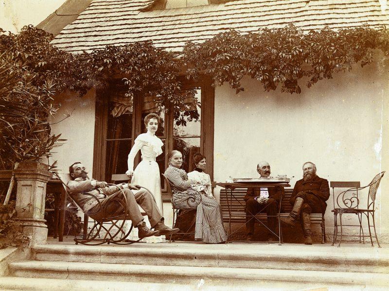 Rodzina Górskich na tarasie dworu w Woli Pękoszewskiej