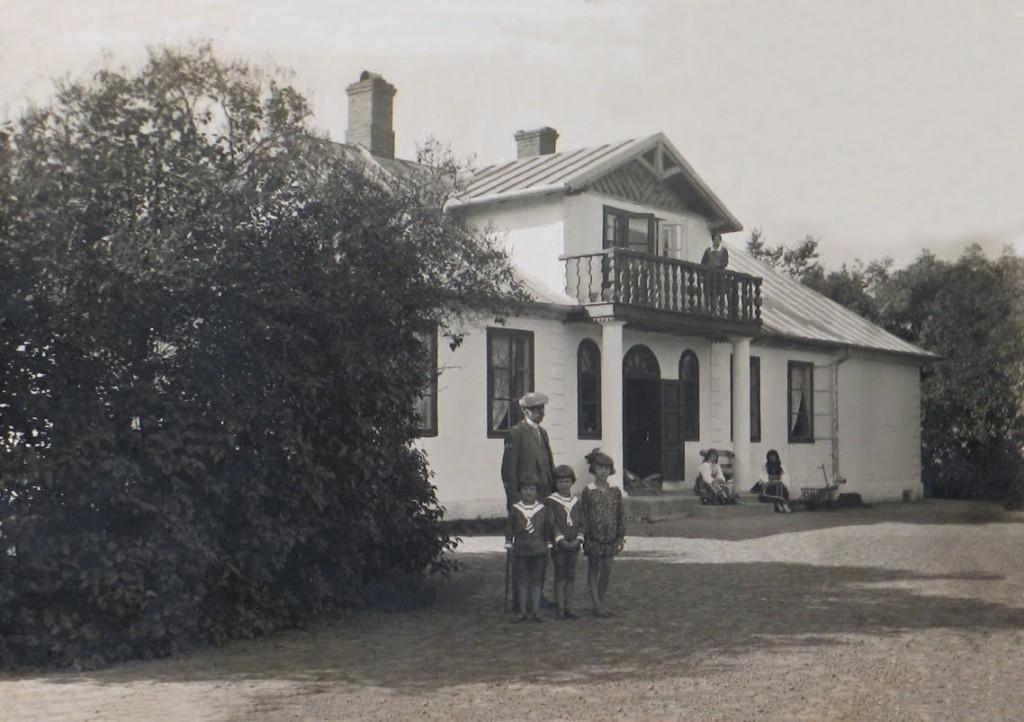 Rodzina ziemiańska przed dworem w Baczkach