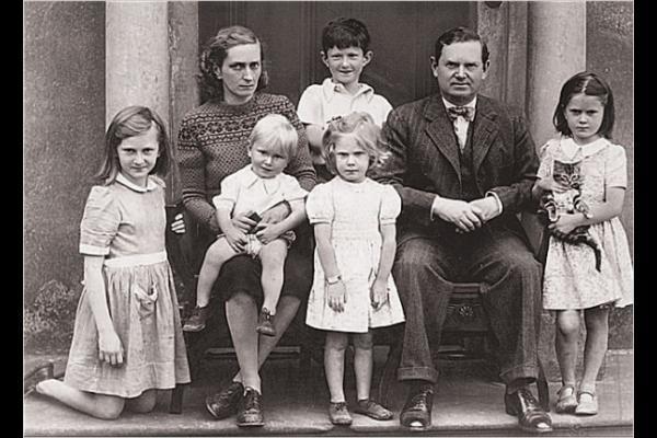 Evelyn Waugh z rodziną