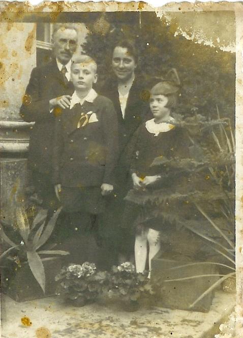 Rodzina Hutten-Czapskich z Barda. 1 października 1939. Pierwsza Komunia św. syna Tomasza przyspieszona z powodu wojny.