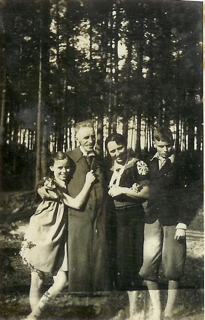 Franciszek i Anna Hutten- Czapscy z dziećmi, Tomaszem i Marią , wyrzuceni z dworu w Bardzie przez Niemców w 1939 r. (Zdjęcie wykonano w okolicach Radomia w 1940 r.)