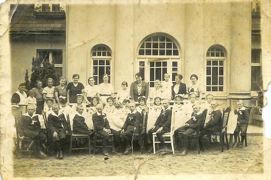Anna Hutten - Czapska przed pałacem Czapskich w Bardzie w otoczeniu dzieci pracowników majątku i ich rodziców. Przyjęcie z okazji Pierwszej Komunii św. A. Czapska organizowała co roku takie przyjęcia. Majątek Bardo (Wielkopolska, gm. Września) 1 lipca 1938 r. 1 lipca 1938 roku