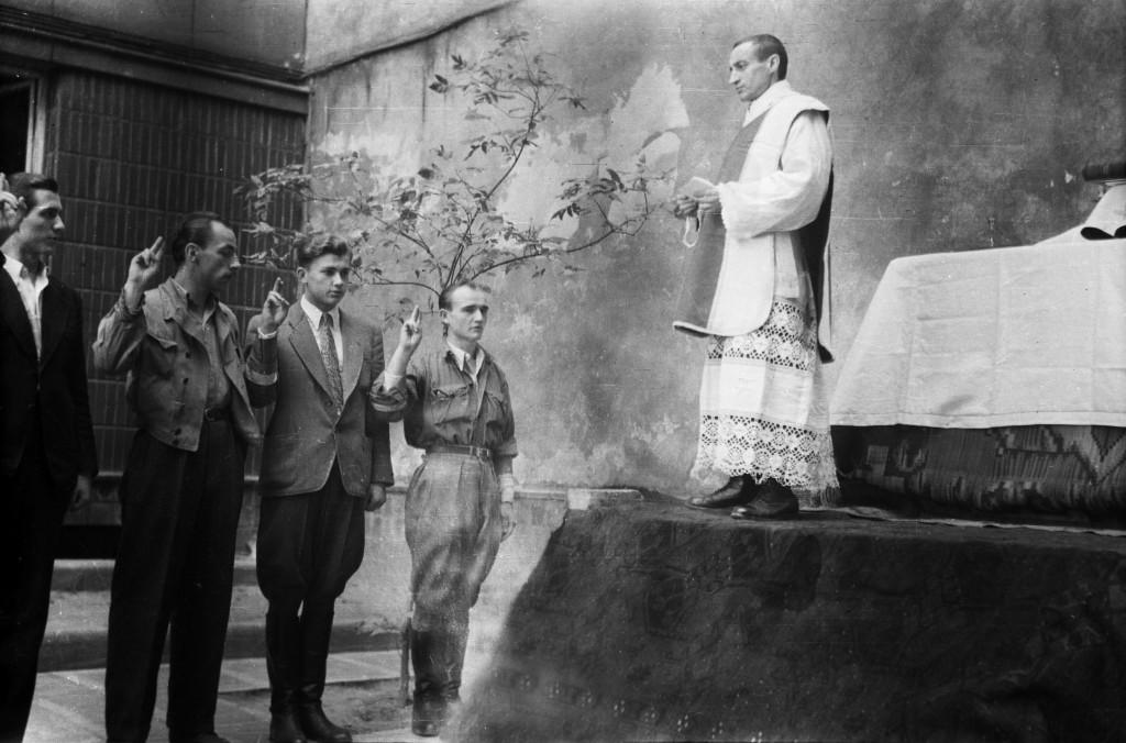 Kapelan AK przyjmuje przysięgę żołnierzy Powstania Warszawskiego 15 sierpnia 1944