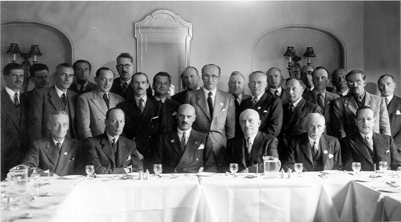 Londyn, lata 60. XX w. Uroczyste spotkanie w rocznicę odzyskania niepodległości. Trzeci od lewej w pierwszym rzędzie od dołu gen. Władysław Anders, piąty Mieczysław Jałowiecki