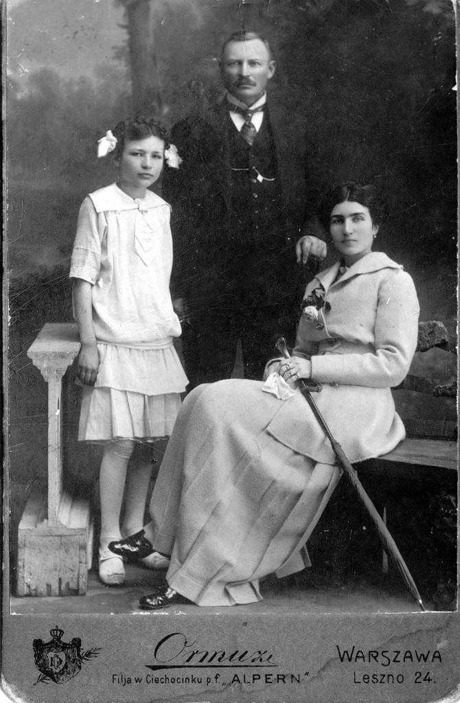 Rodzina jednego z bohaterów książki, por. Xawerego Karśnickiego, Maria i Antoni Orzechowscy z córką Wandą.