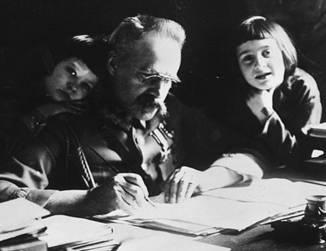 Marszałek Józef Piłsudski z córkami