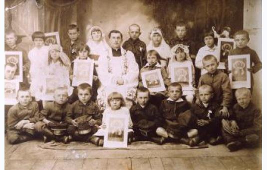 Ks. Dominik Maj wśrod dzieci komunijnych, początek lat 30.