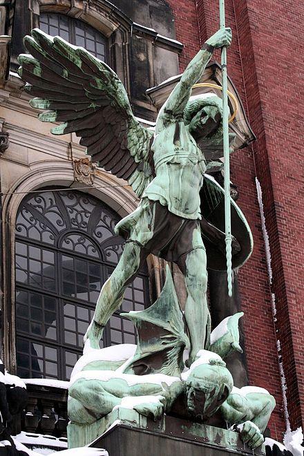 Św. Michał Archanioł - statua przed kościołem św. Michała w Hamburgu