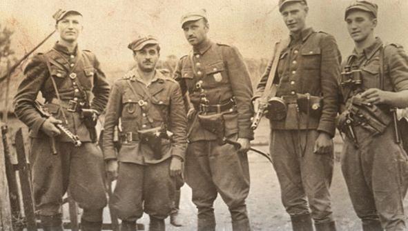 Płk. Zygmunt Szendzielarz (w środku) wśród swoich żołnierzy.