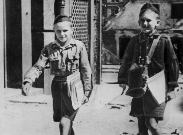 Warszawa, sierpień 1944, młodzi kolporterzy prasy powstańczej