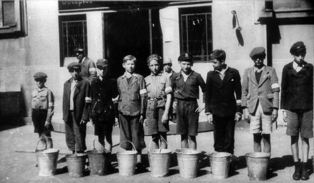 Warszawa, sierpień 1944, chłopcy noszący wodę do szpitala powstańczego na Solcu
