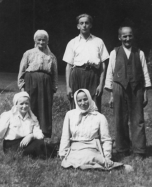 Rodzice Rozalii Celakówny z córkami i sąsiadem (Jachówka, lata 30. XX w.)