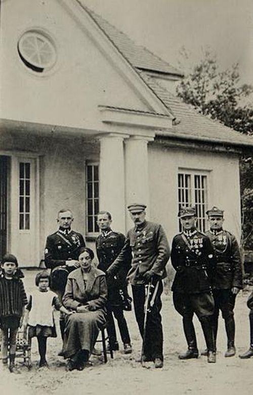 Józef Piłsudski z rodziną i oficerami przed dworkiem w Sulejówku