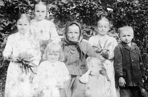 Rozalia Celakówna (druga od lewej w górnym rzędzie) z matką i rodzeństwem