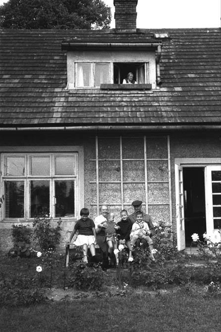 """Zofia Kossak z mężem i wnukami przed """"domkiem ogrodnika"""", 1961"""