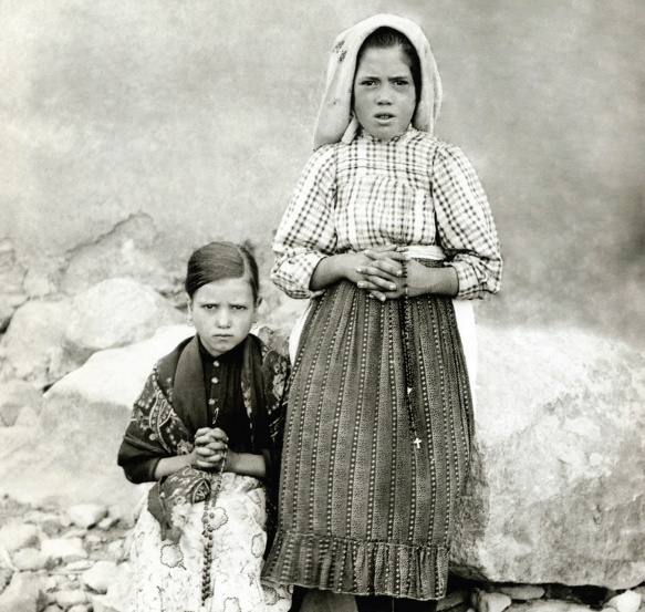 Hiacynta Marto i Łucja Dos Santos, Fatima 1917, w chwilę po jednym z objawień Matki Bożej