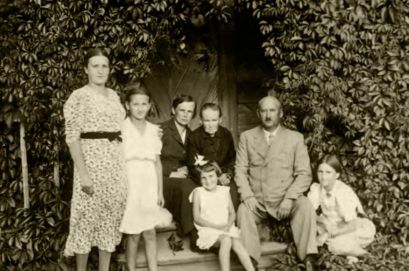 Danusia Siedzikówna (w białej sukience) z rodzicami, babcią i rodzeństwem, tuż przed wojną.