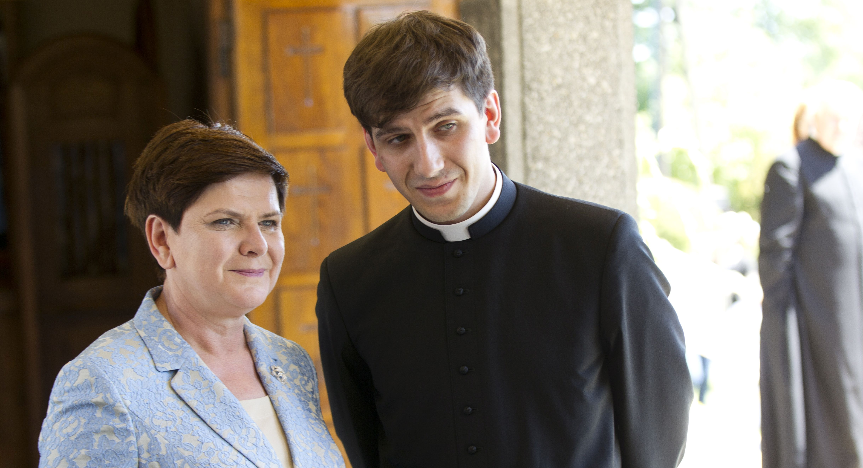 Matka i syn. Pani premier Beata Szydło i ks. Tymoteusz Szydło. Fot. Łukasz Gagulski SE/EST
