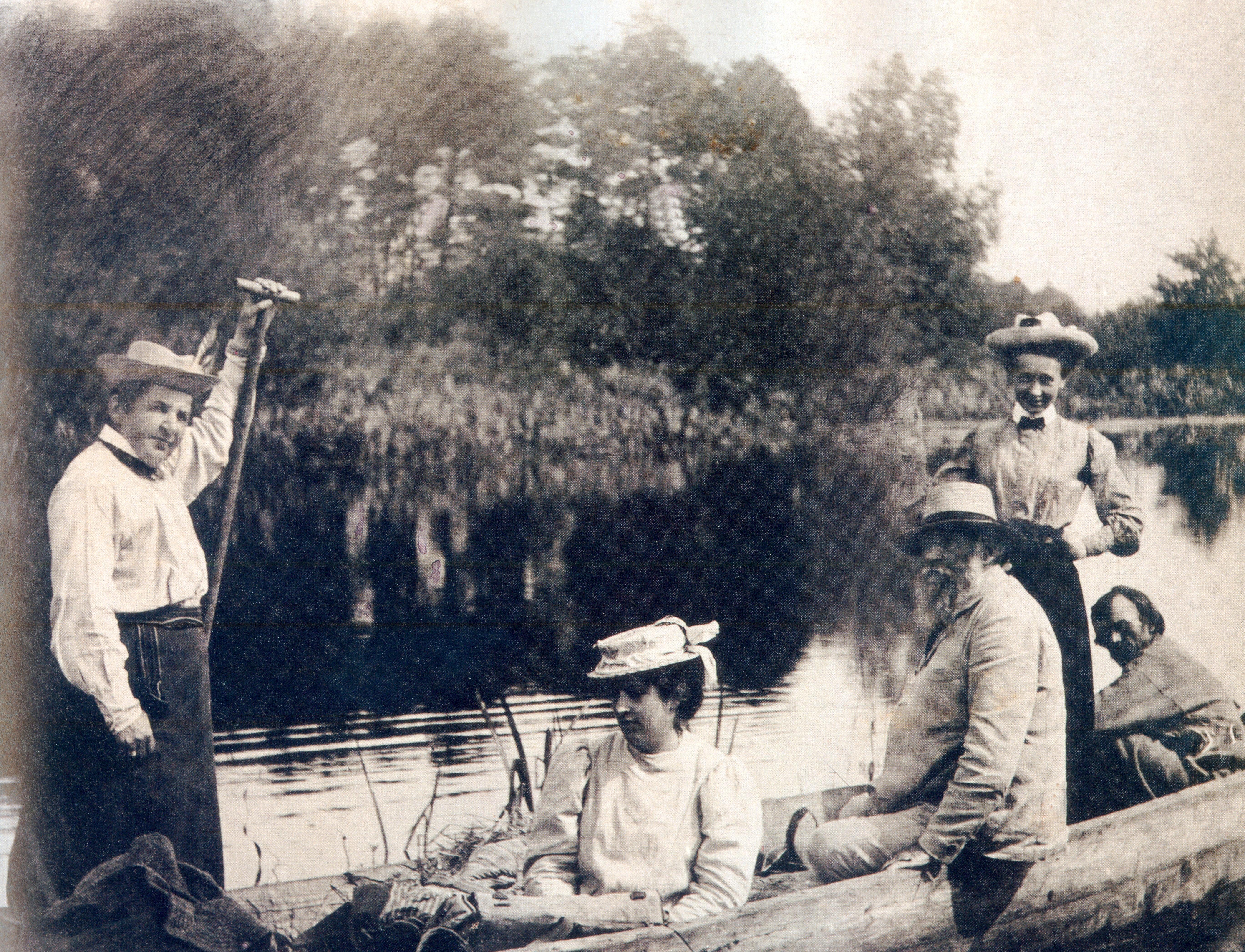 Wyprawa na Pińszczyznę. Łódką po Prypeci - od lewej Maria Rodziwiczówna, dalej Maria Chełmońska (córka Józefa), Józef Chełmoński.